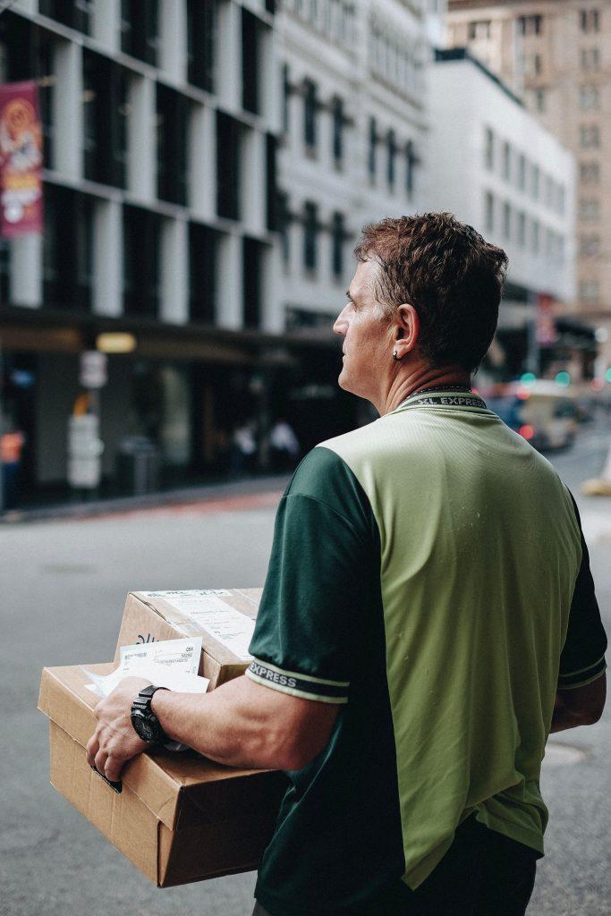 kurier dostarczający przesyłki