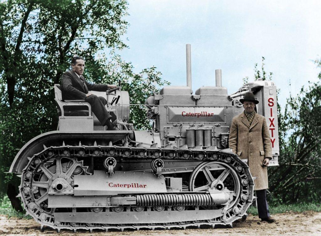Założyciele firmy Caterpillar na jednej z pierwszych maszyn gąsienicowych