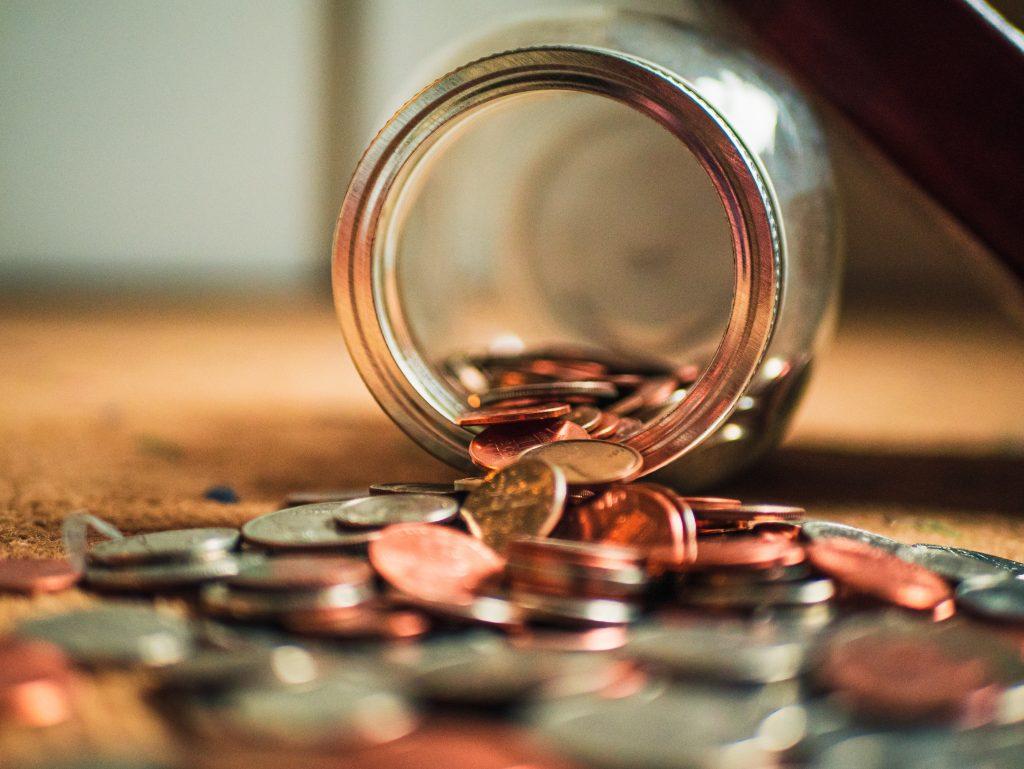 Monety wypadające ze słoika